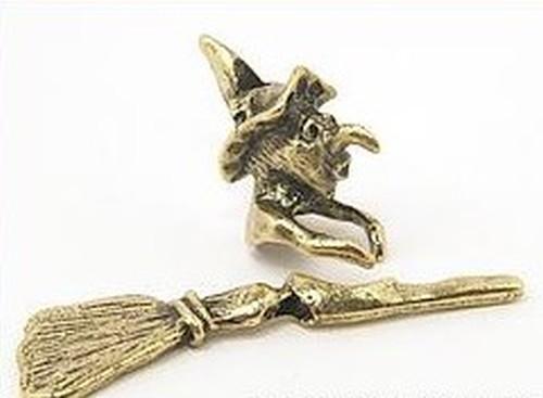 Kleine Hexe mit Besen (2 tlg.) für Perlen von ca. 12-15mm antikfarben